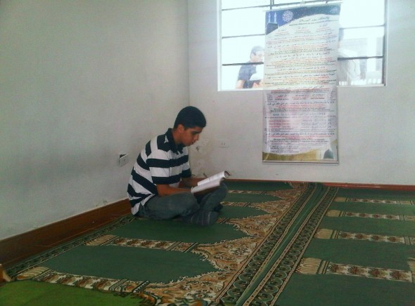Reading Qur'an in Masjid in Medellin Colombia before Salat al Jumah Friday Prayer 2014-03-21-50013
